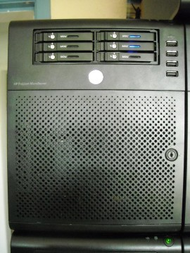 "HP ProLiant MicroServer with Sharkoon SATA QuickPort Internal SATA III 6 Gb/s 6xBay 2.5"" HDD into single 5.25"" Bay installed"